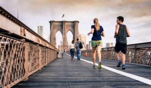 kadın ve erkek köprüde koşuyor