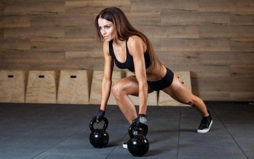 lunge egzersizi yapan kadın