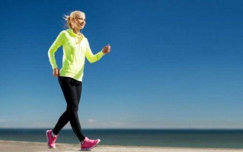 sahilde tempolu yürüyüş yapan kadın