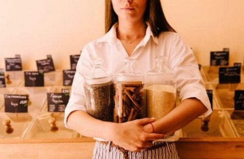 baharat kavanozları tutan kadın