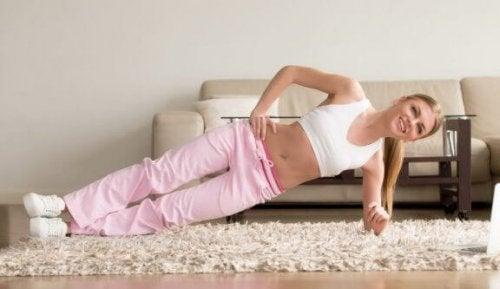 yan plank yapan kadın