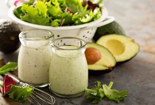 avokado, salata ve süt ürünü