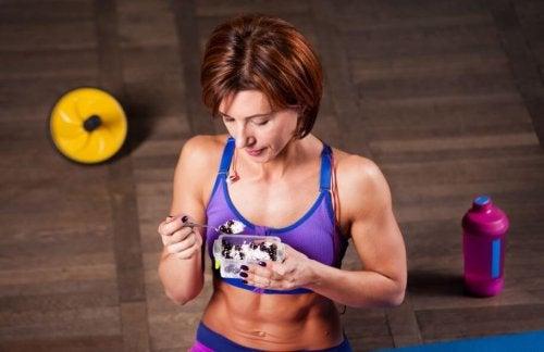 Spor sonrası atıştırmalık yiyen kadın
