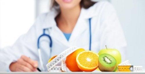 kadın doktor ve meyveler