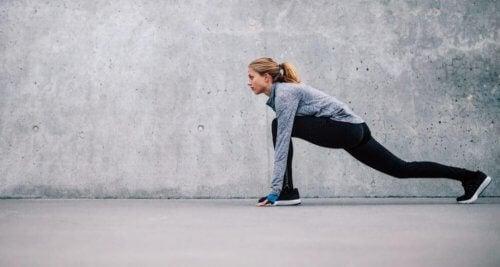 lunge esneme egzersizi yapan kadın