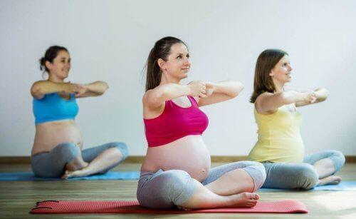egzersiz yapan hamile kadınlar