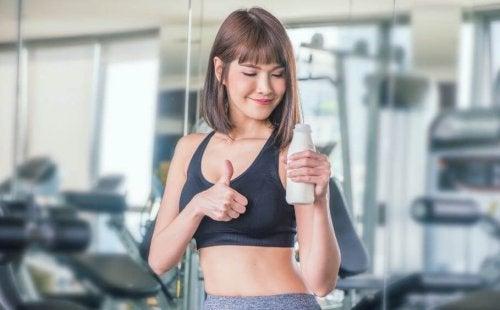 Egzersiz öncesi süt içen kadın