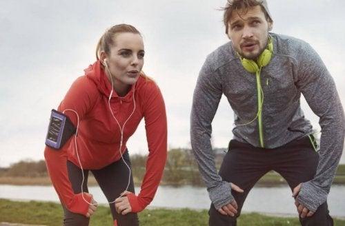 Koşarken nefes molası vermiş kadın ve erkek