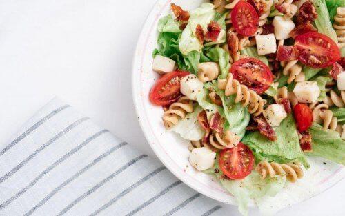 domates ve yeşillikli makarna salatası
