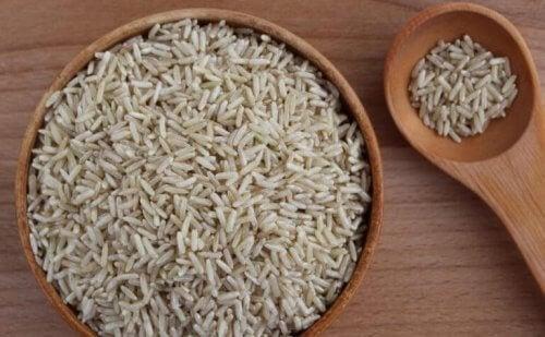 pişmemiş pirinç kase yiyecek