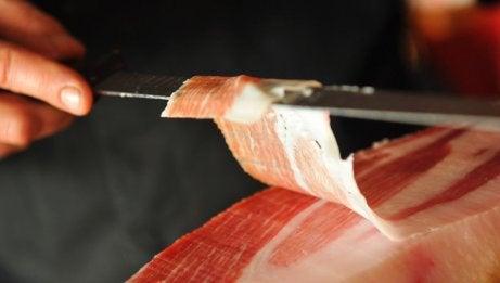 bıçakla kesilen jambon