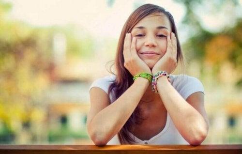 dingin bir şekilde gülümseyen kız