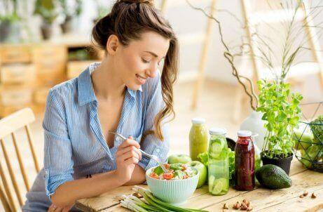 salata yiyen mavi gömlekli kadın