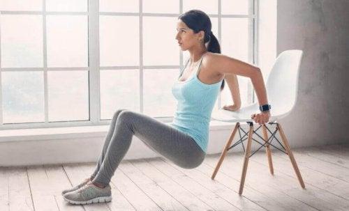 Sandalye ile egzersiz yapan kadın