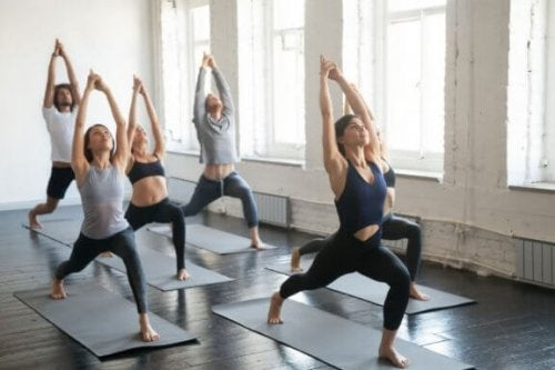 yoga yapan bir grup kadın