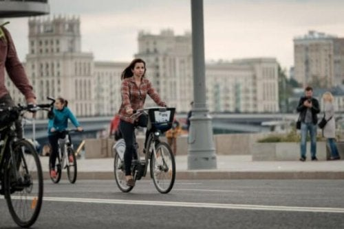şehirde bisiklet süren kadın