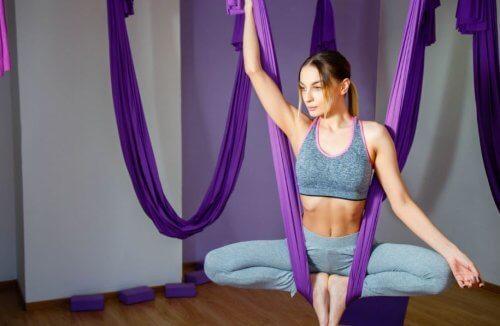 hava yogası yapan kadın