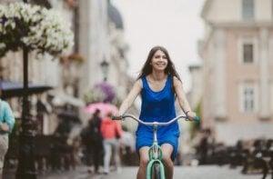kadın bisiklete binmiş