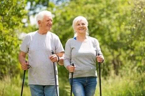 kar raketi yürüyüşü yapan yaşlı çift