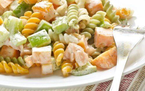 makarna ve salatalıklı salata