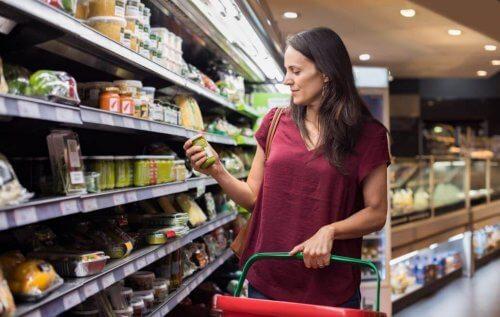 Markette aldığı ürünün içeriğine bakan kadın