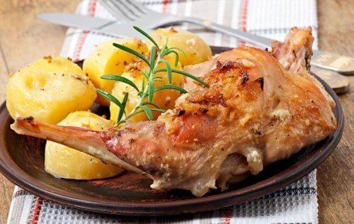 fırında patatesli tavşan yemeği