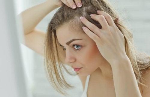 saç diplerine bakan kadın