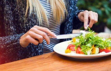 salata yiyen sarışın kadın