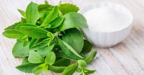 stevia bitkisi ve bir kase şeker