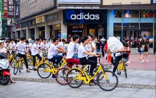 şehirde bisiklete binen insanlar