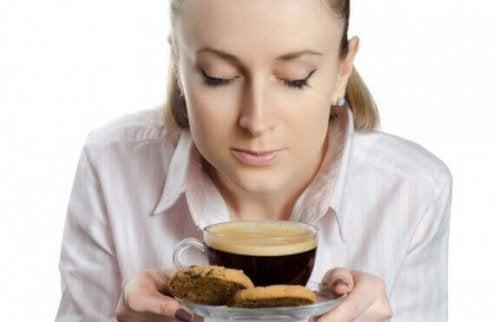 kahve içen ve kurabiye yiyen kadın