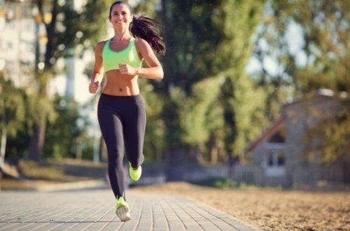 açık havada koşu yapan kadın
