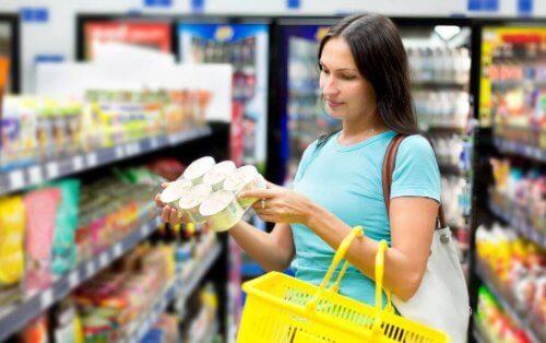 market alışverişi yapan kadın