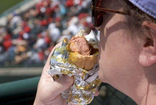spor etkinliğinde sandviç yiyen izleyici