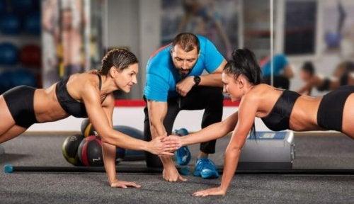 antrenör eşliğinde beraber spor yapan kadınlar