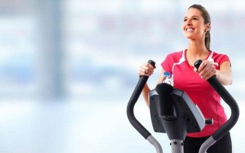 eliptik bisiklet üzerinde kadın