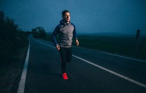 gece yolda koşan kırmızı ayakkabılı adam