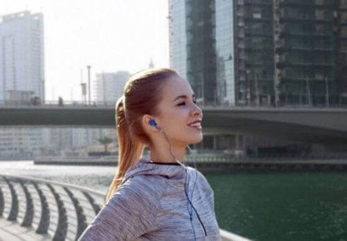 nehir kenarında müzik dinleyen kadın