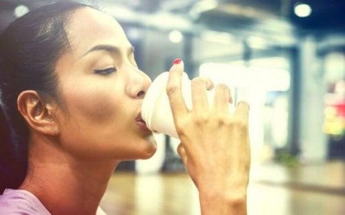 daha etkili egzersiz için kahve içen kadın