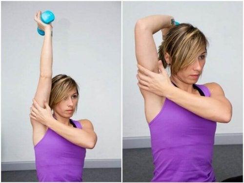 triceps egzersizi yapan kadın