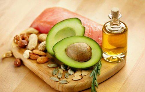 sağlıklı yağlar içeren avokado, balık ve yemişler