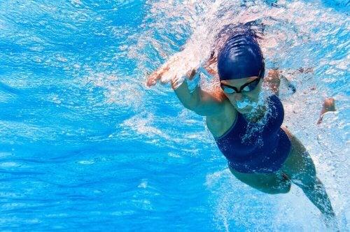 havuzda yüzen yüzücü kadın