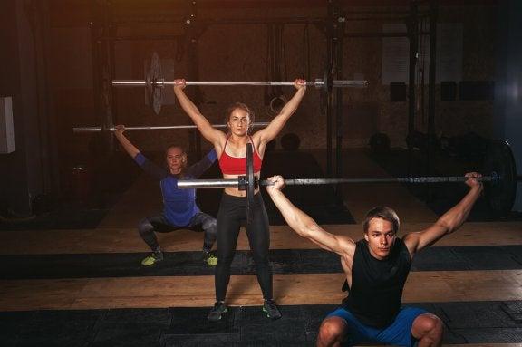 halterli squat yapan insanlar