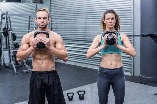 ağırlık egzersizi yapan çift