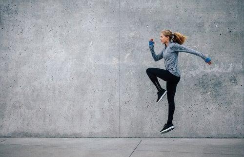 tek ayak üstünde zıplayan kadın