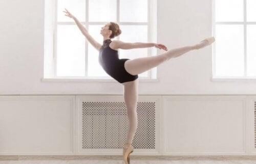 Dans salonunda bale yapan kadın