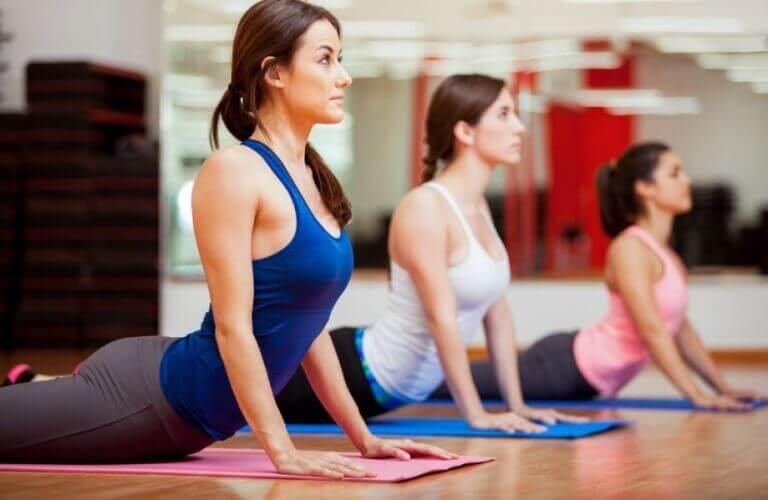 yoga dersinde kadınlar