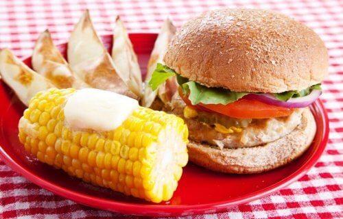 burger ve haşlanmış mısır