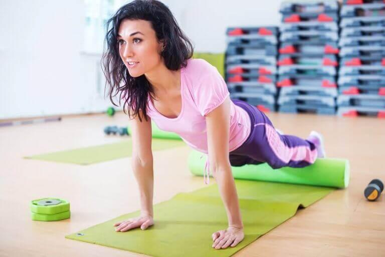 köpük rulo ile egzersiz yapan kadın