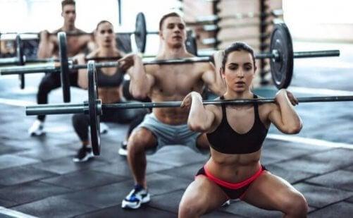 Spor salonunda ağırlık kaldıran bir grup insan